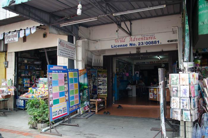 Jedno z wielu biur turystycznych na głównej ulicy w Chiang Mai