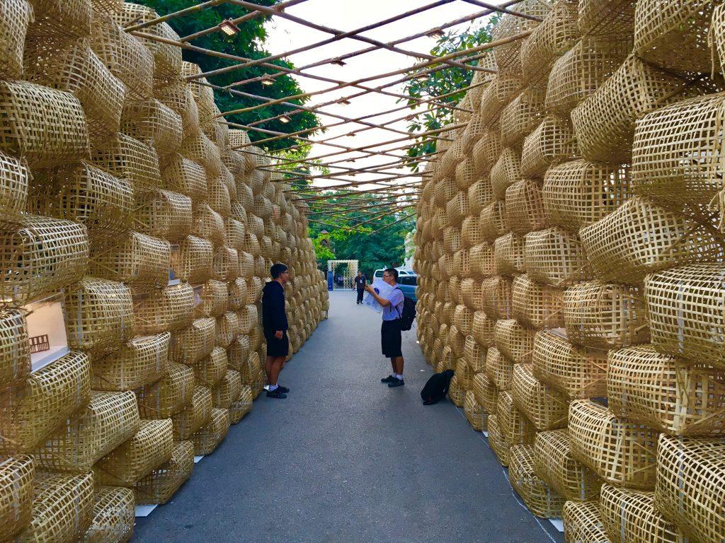 Tajscy uczniowie robią zdjęcia instalacji artystycznej, Chiang Mai Design Week