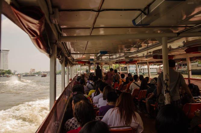 Tramwaj wodny Chao Phraya pasażerowie