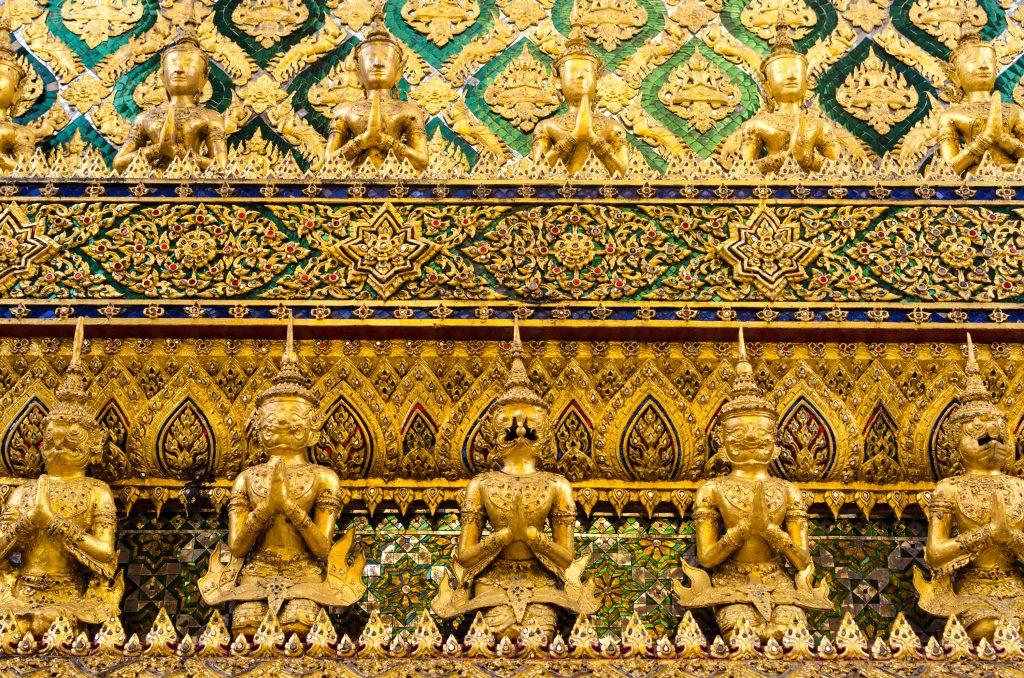 Złote figurki Buddy na świątyni w Pałacu Królewski w Bangkoku
