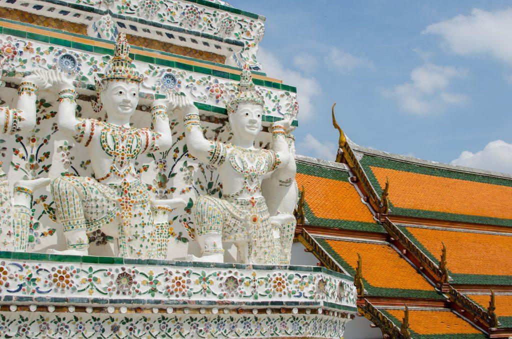 Piękne, białe posągi Buddy na świątyni Wat Arun w Bangkoku.