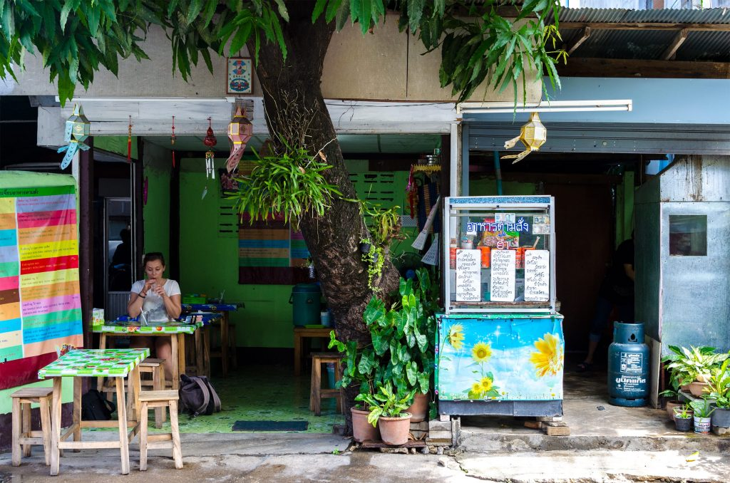 koszty zycia tajlandia przydrozny bar chiang mai
