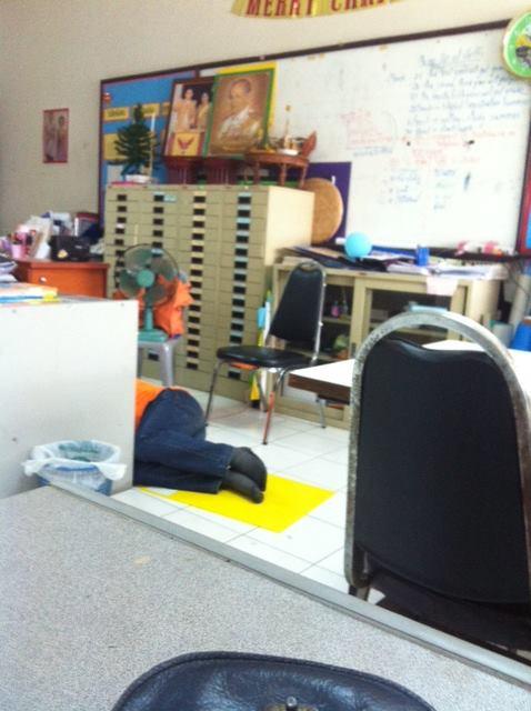 Z ukrytej kamery - zmęczony Teacher T. śpi pod biurkiem