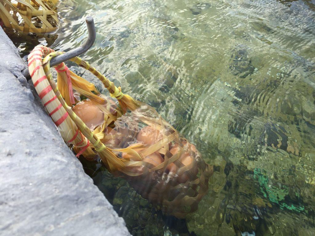 Koszyk zawiesza się na specjalnych hakach i zanurza w gorącej wodzie