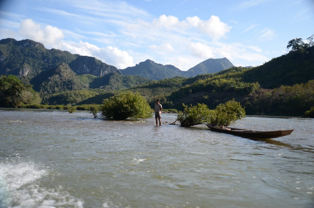 W Laosie czas zwalnia. Tutaj musisz być cierpliwym. Na zdj. przeprawa przez Mekong.