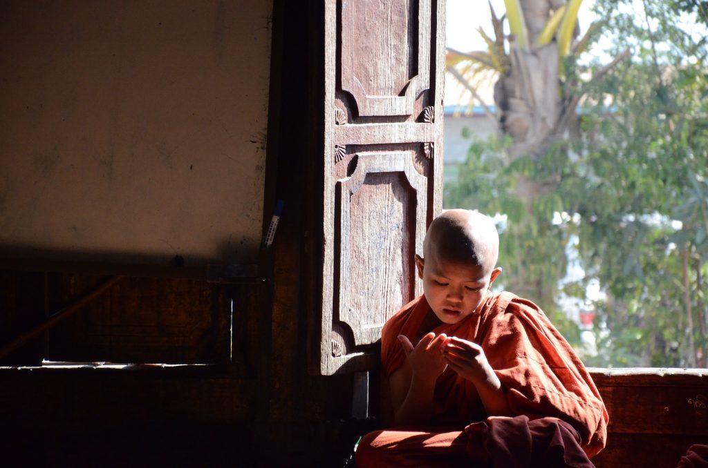 Birma nie była na mojej liście, ale okazała się być moim ulubionym kraje. Na zdj. mnich w jednej z małych świątyń przy Inle Lake.