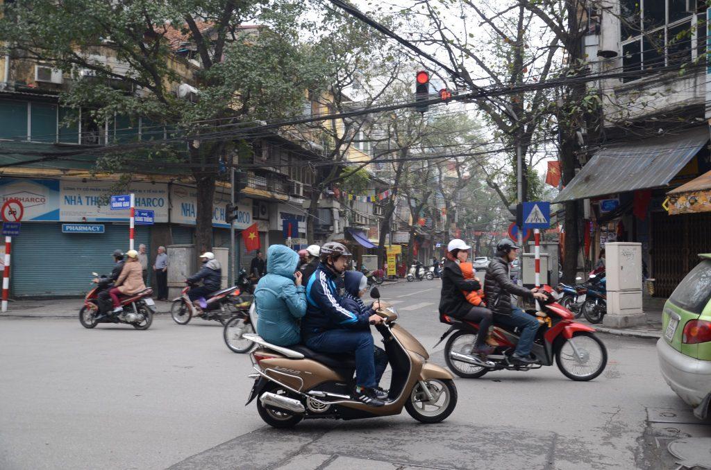 Jeśli wybierasz się do Wietnamu, sprawdź najpierw regulacje prawne. Na zdj. ulica w Hanoi.