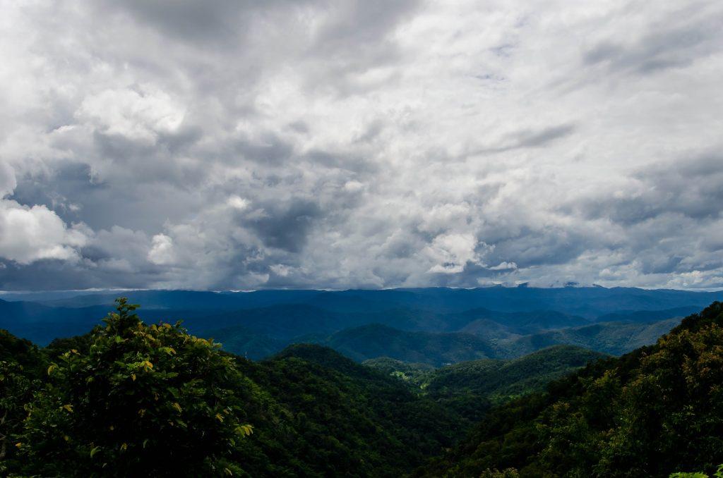 Sezon deszczowy w Tajlandii jest pochmurny, ale chłodny i jest o wiele taniej. Na zdj. góry niedaleko Chiang Mai