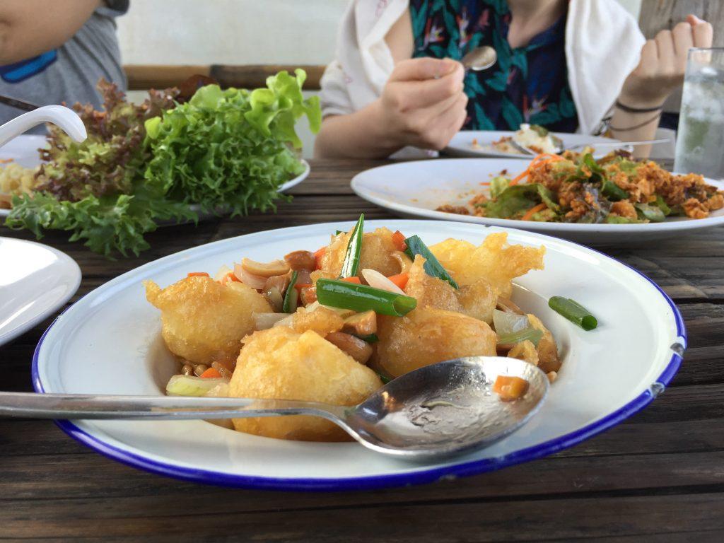 Pyszne tajskie dania serwowane przez lokalną restaurację