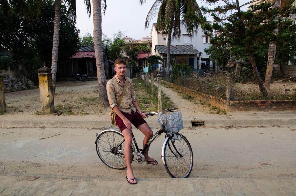 My zwiedziliśmy Hoi An na rowerach w jeden dzień. Chris mniej bał się jeździć po tutejszych drogach niż ja