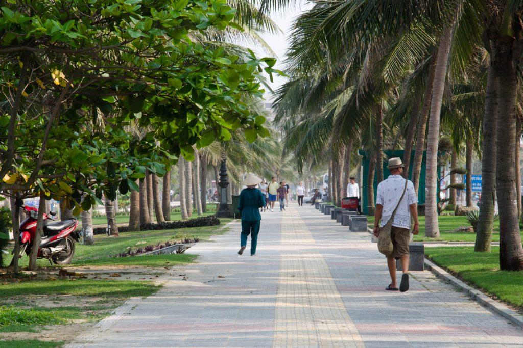 Promenada ciągnie się wzdłuż całej plaży, od jednego końca miasta do drugiego. Prawda, że uroczo?