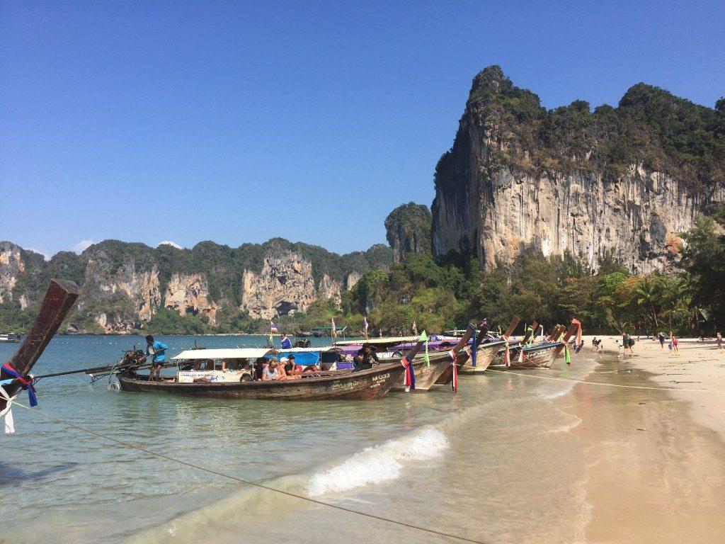 Pięknymi tajskimi plażami ciesz się popołudniu