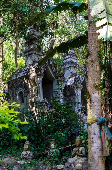 Kapliczka w lesie, świątynia Wat Pha Lat