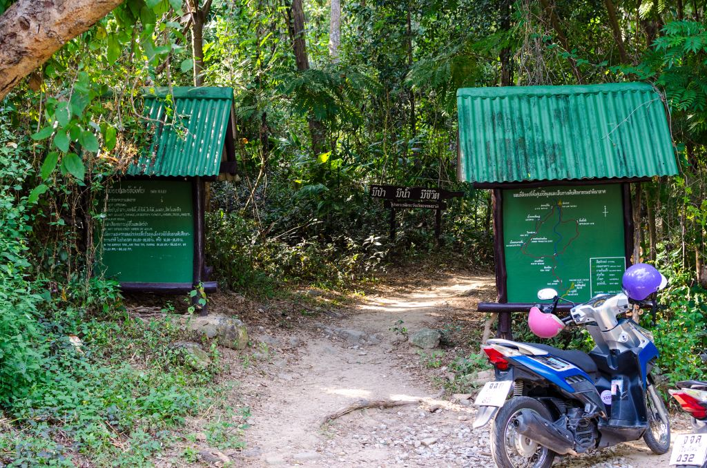 the entrance to the wat pha lat trekking trail