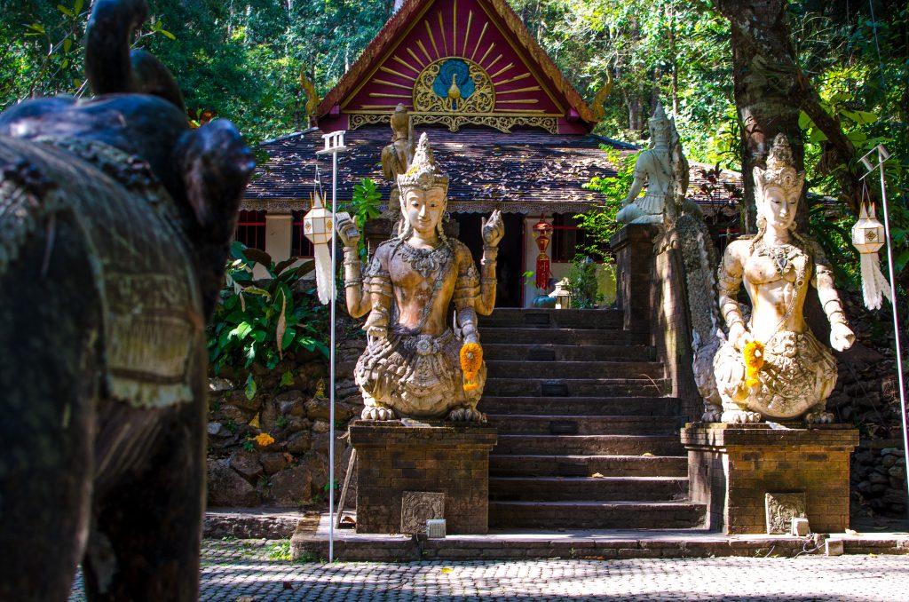 świątynia Wat Pha Lat, bogowie pilnują świątyni