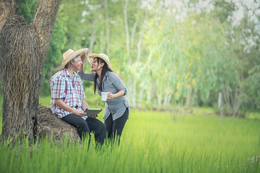 Związki w Tajlandii. Starszy mężczyzna i Tajka.