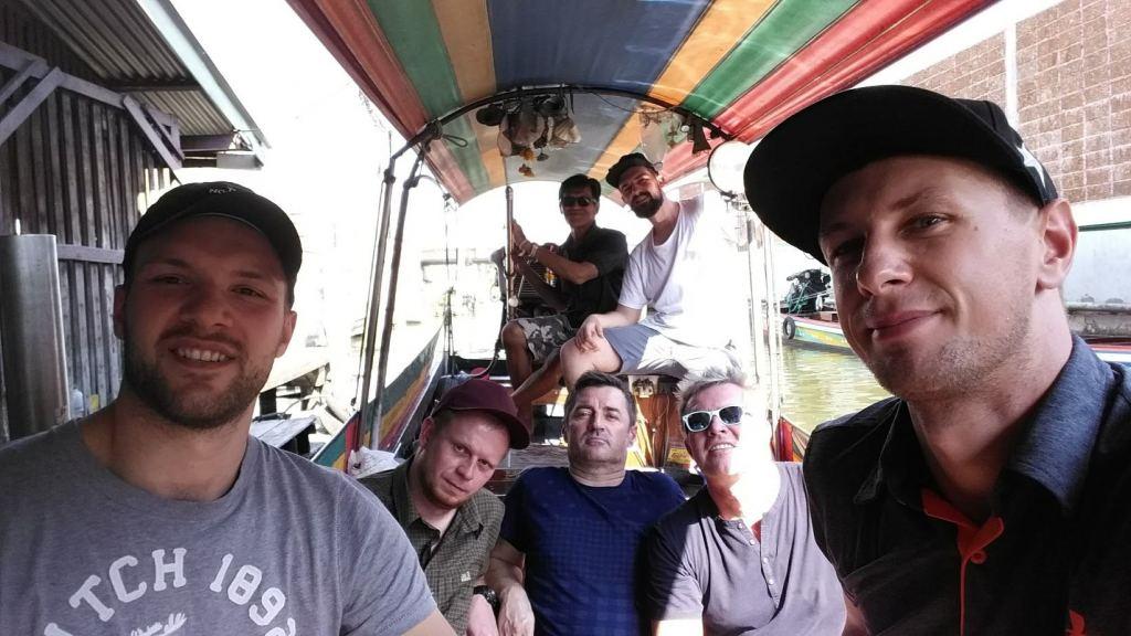 Polski przewodonik w Bangkoku z grupą na łódce.