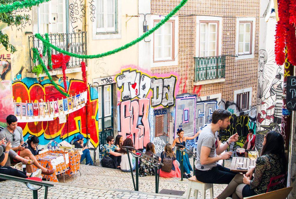 Ulica Lizbony ludzie siedzą w barze