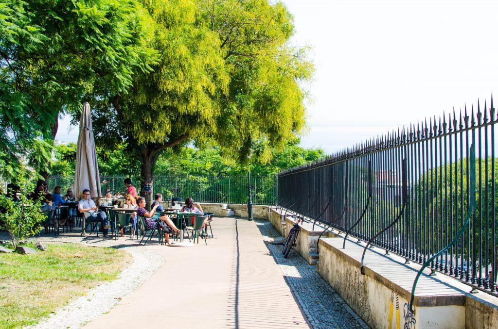 kafejka w parku w lizbonie