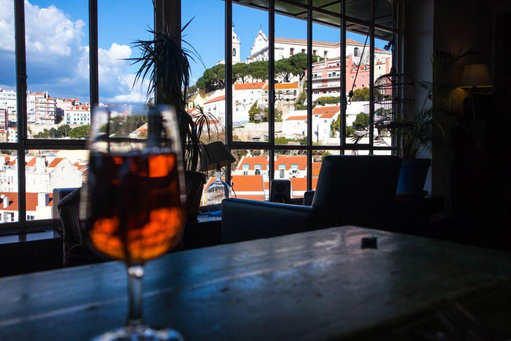 kieliszek wina w cafe de garagem lizbona