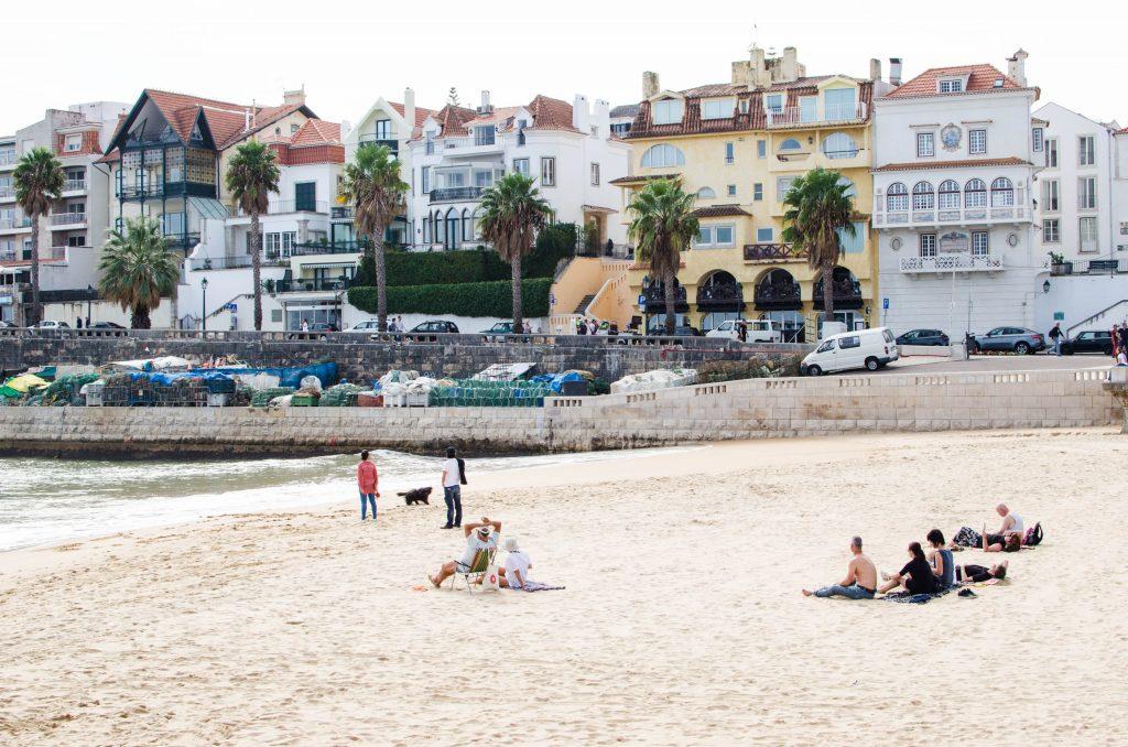 Ludzie na plaży w Cascais.