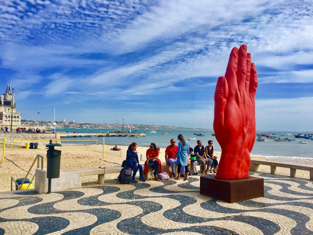 Rzeźba ręki przy plaży w Cascais.