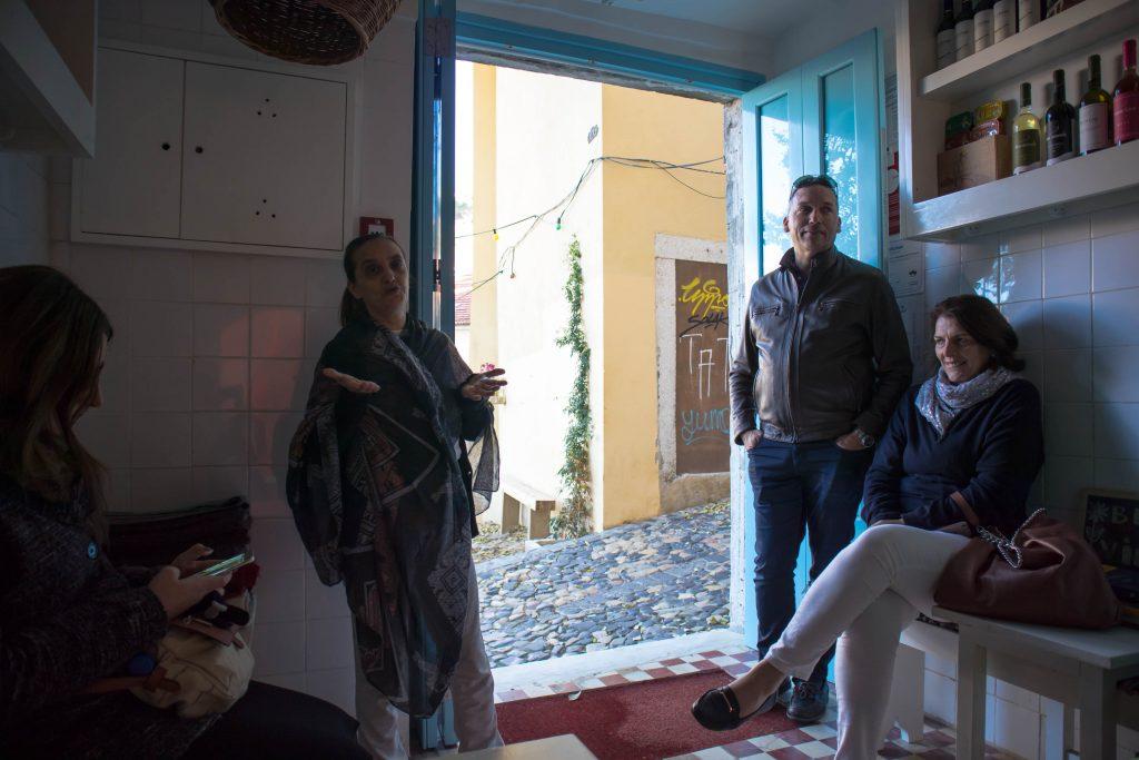 śpiewaczka fado w mouraria, lizbona