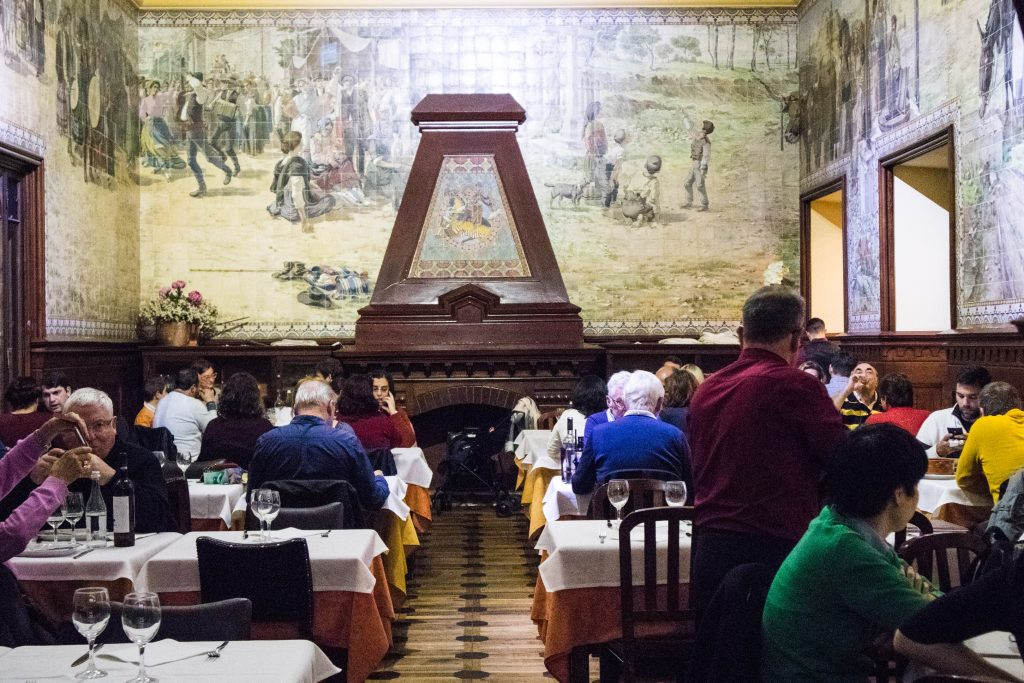 ludzie jedzą w restauracji Casade Alentejo