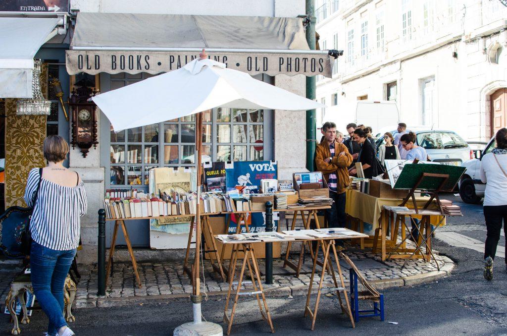 stoisko na pchlim targu w Lizbonie