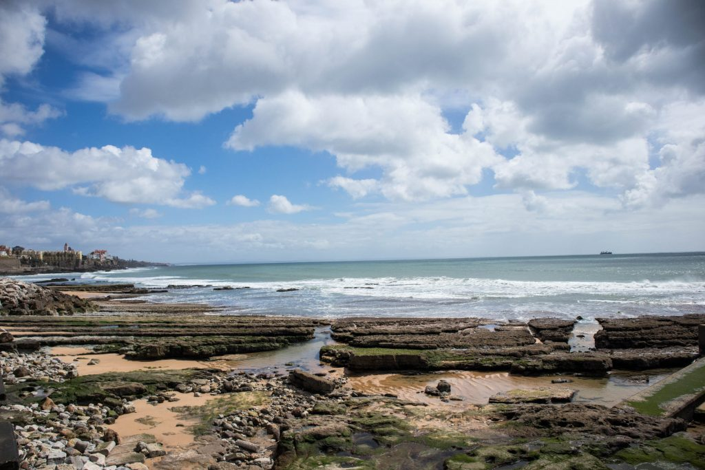 Plaża w estoril, kamienie na brzegu