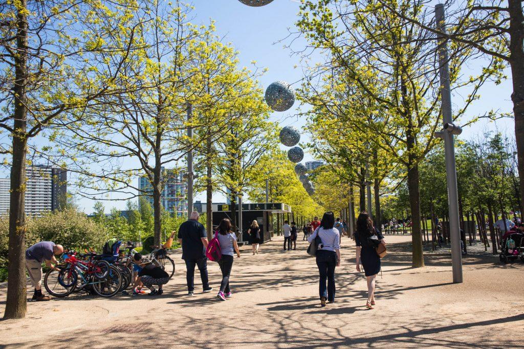 ludzie spacerujący w parku olimpijskim w londynie