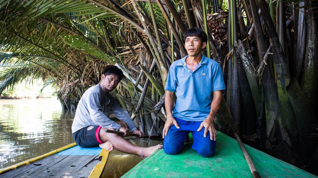 przewodnicy w trat scinaja liscie palmy nipy