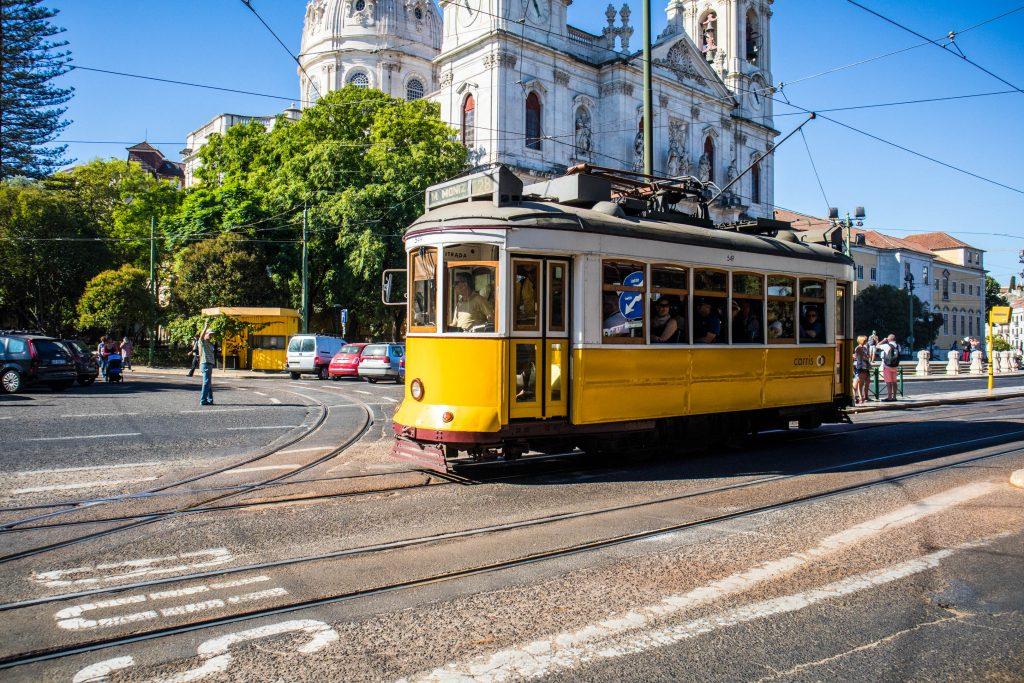 sławny tramwaj przejezdza przed bazylika da estrela w lizbonie
