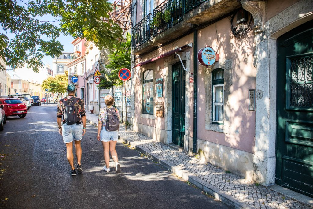 joanna idzie ulica lizbony z przewodnikiem
