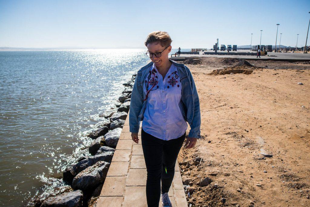 dziewczyna spaceruje po plaży w essaouira