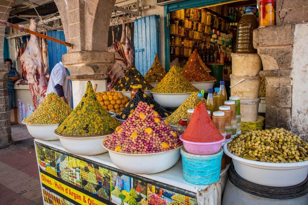 kolorowe przyprawy i oliwki na targu w essouira