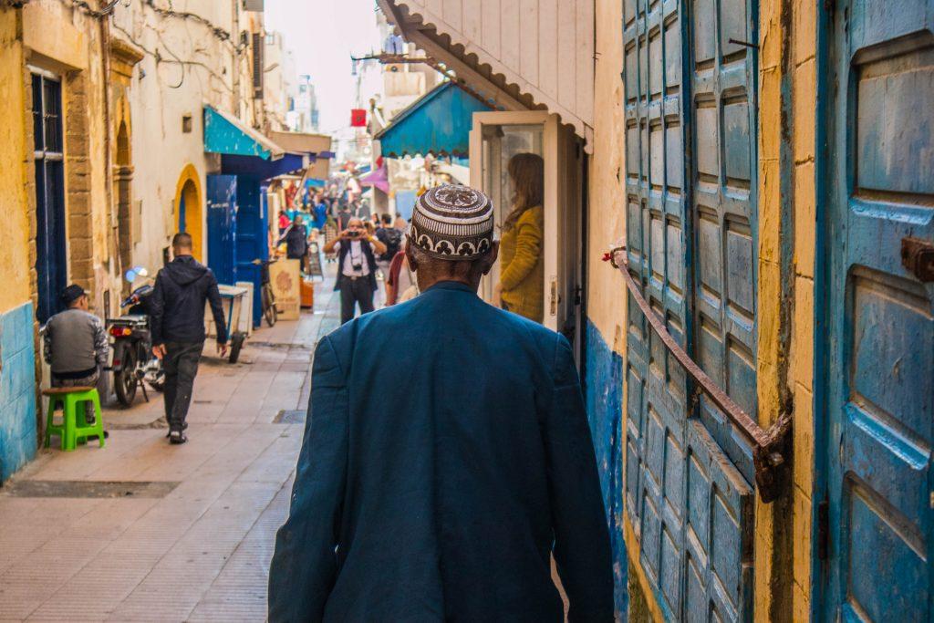 mezczyzna w essouira spaceruje po ulicach miasta.