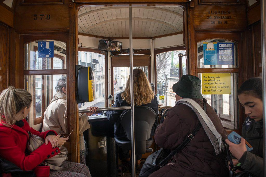 pasażerowie w tramwaju numer 28 w Lizbonie