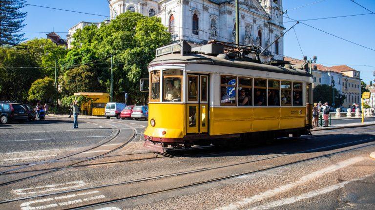 zolty tramwaj przy bazylice estrela w lizbonie
