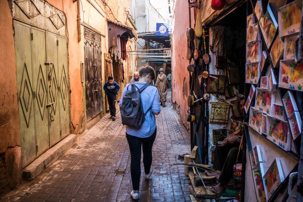 dziewczyna spaceruje ulicami marakeszu i oglada uliczna wystawy