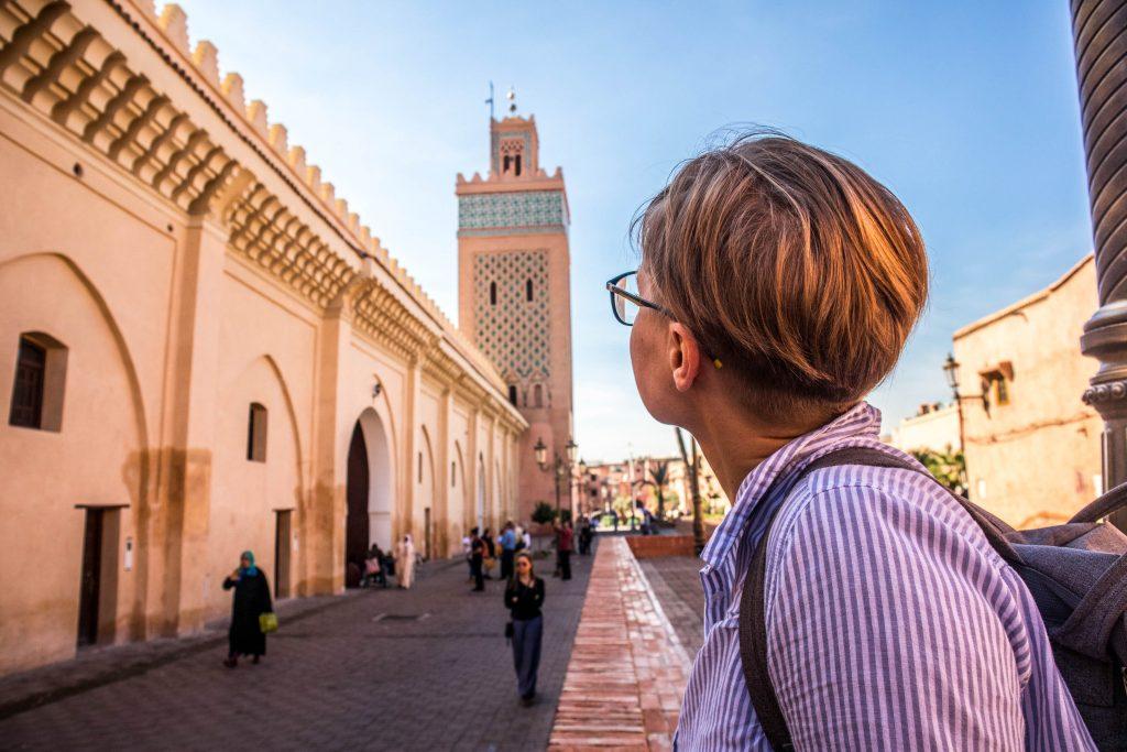 dziewczyna patrzy się na meczet w marakeszu