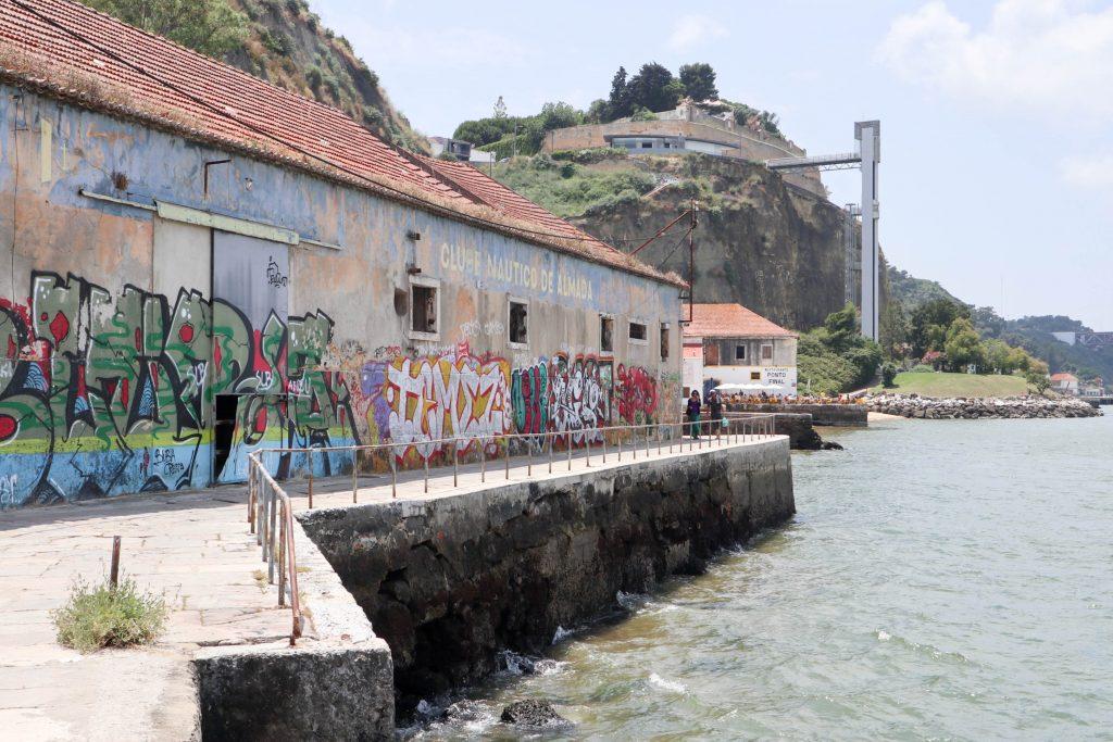 winda i droga do punktu widokowego w almadzie. stare domy przy wybrzezu.