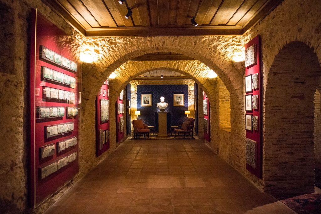 korytarz pałacu Quinta de Bacalhôa ze ścianami wypełnionymi dziełami sztuki.