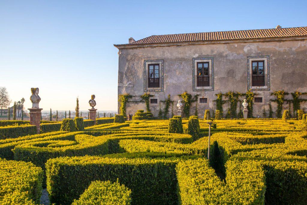quinta de bacalhoa in azeitao with a garden