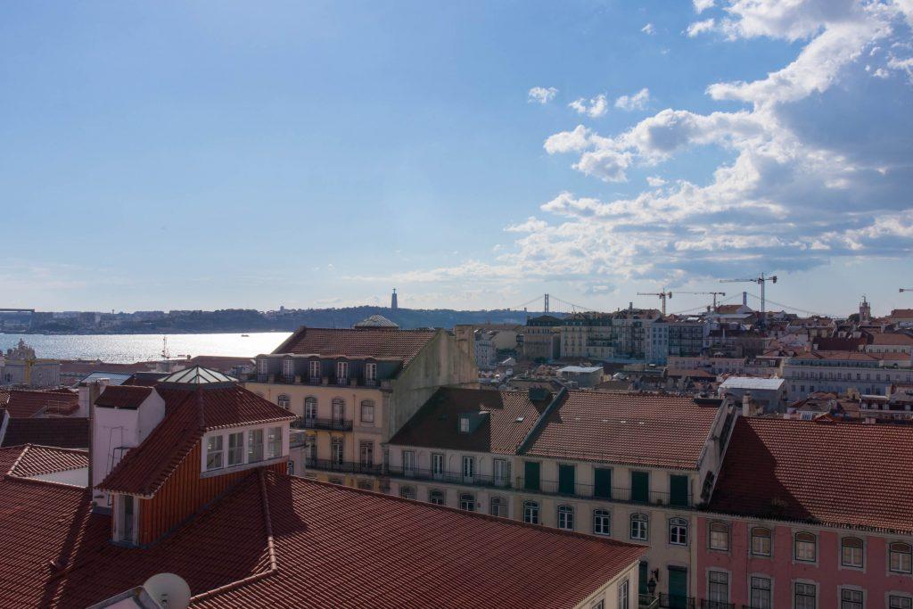 Rzeka Tag i Lizbona widziana z windy Baixa