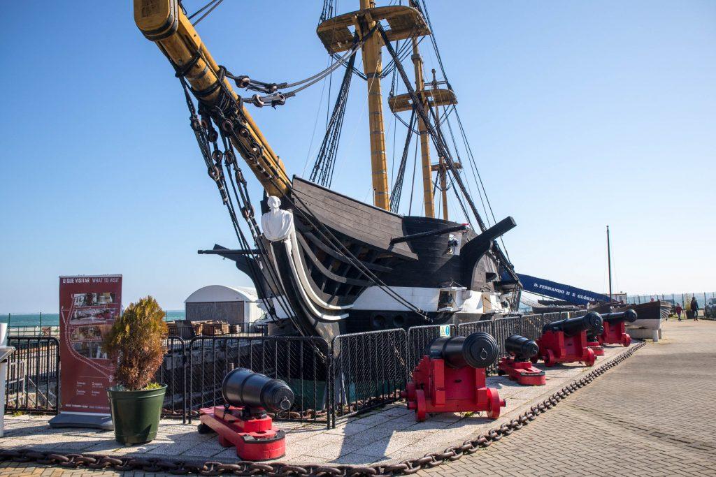 statek fernando II gloria w cacilhas stoi na brzegu rzeki w sloneczny dzien
