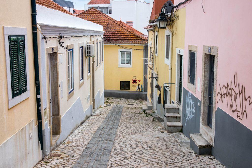 domy w almadzie. mala uliczka z domami.