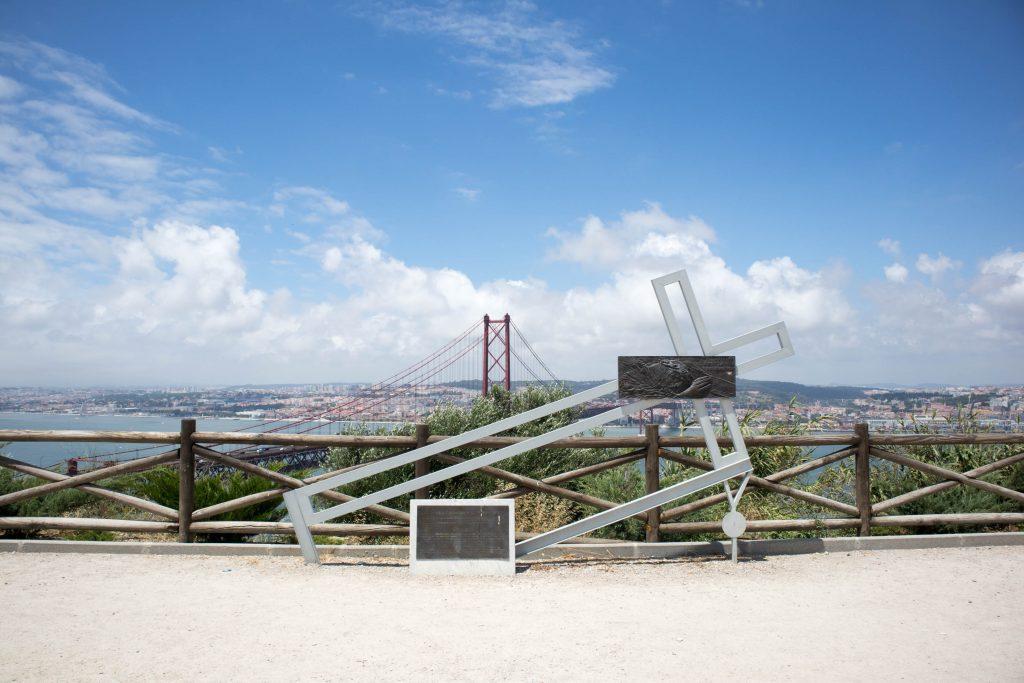 krzyz przy punkcie widokowym christo rei w lizbonie.