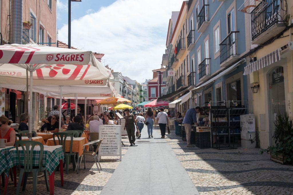 Cacilhas restauracje i bary w sloneczny dzien.