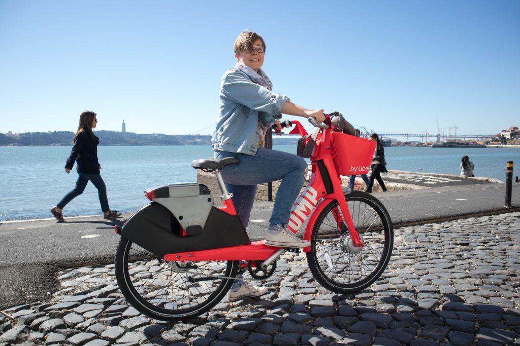 dziewczyna na rowerze ubera w lizbonie